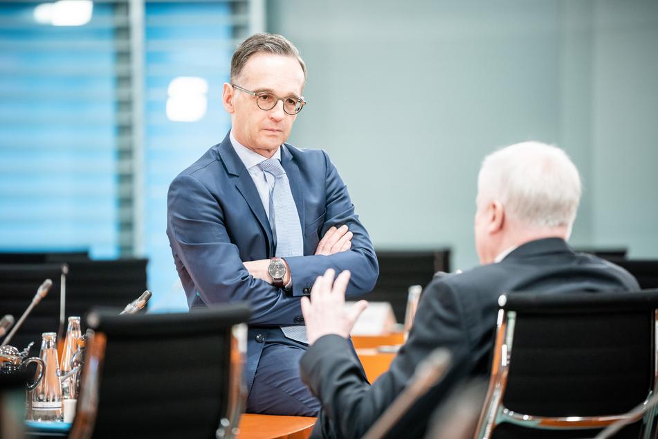 Heiko Maas (SPD), Außenminister, spricht mit Horst Seehofer (CSU), Bundesminister des Innern, für Bau und Heimat.
