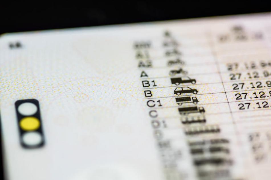 Ein 77-Jähriger rief bei der Polizei an und wollte seinen Führerschein loswerden. (Symbolbild)