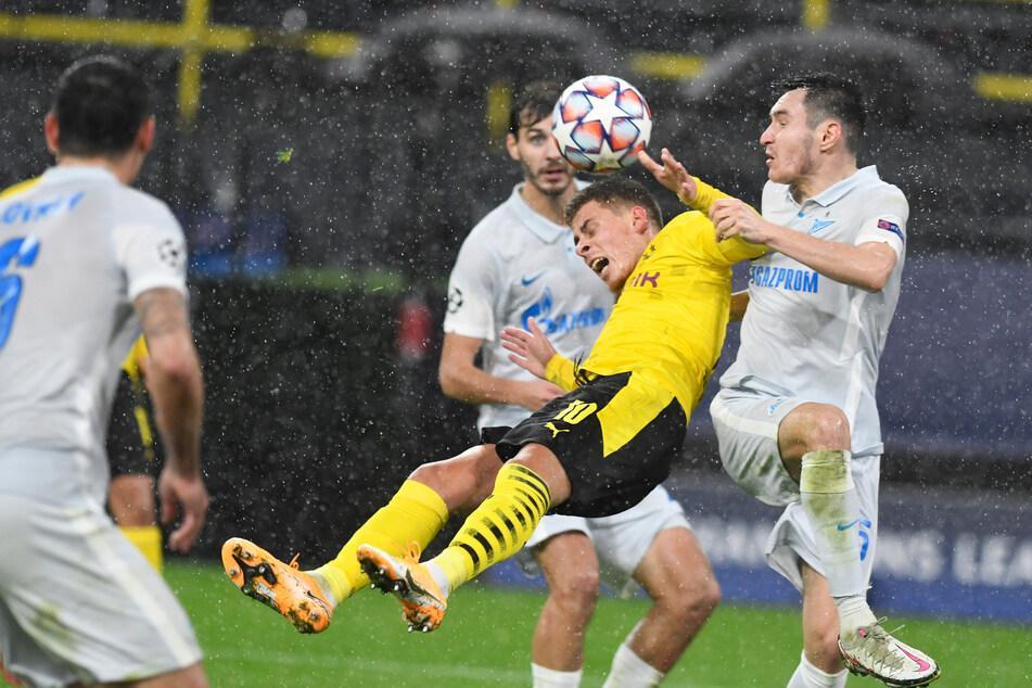 Der Knackpunkt im Spiel: Zenits Vyacheslav Karavaev zieht Thorgan Hazard im Strafraum zu Boden. Den Strafstoß verwandelte Jadon Sancho.