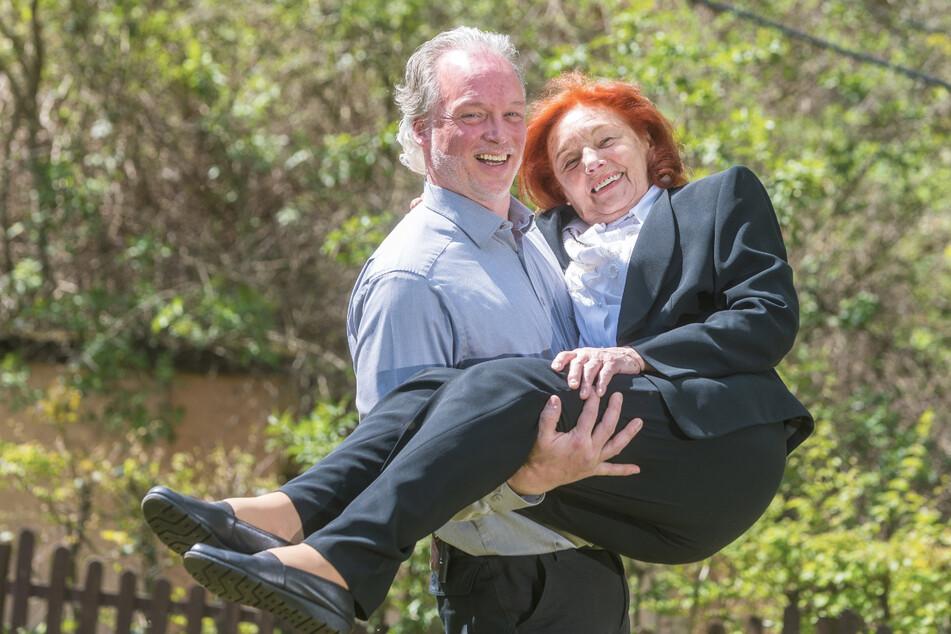 Nicht nur zum Muttertag trägt André Sarrasani (48) seine Mama Ingrid (87) auf Händen.