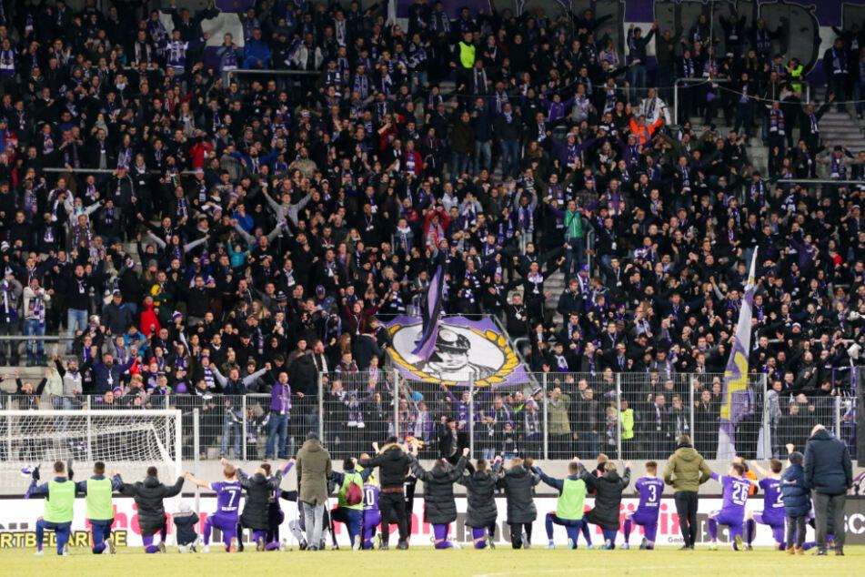 Die Auer Spieler jubeln vor vollen Rängen - das wird's so vorerst nicht mehr geben. Eine gewisse Anzahl an Fans will der FCE aber unbedingt im Stadion haben.