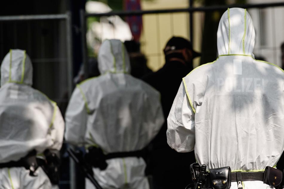 Polizisten in Schutzkleidung. (Archivbild)