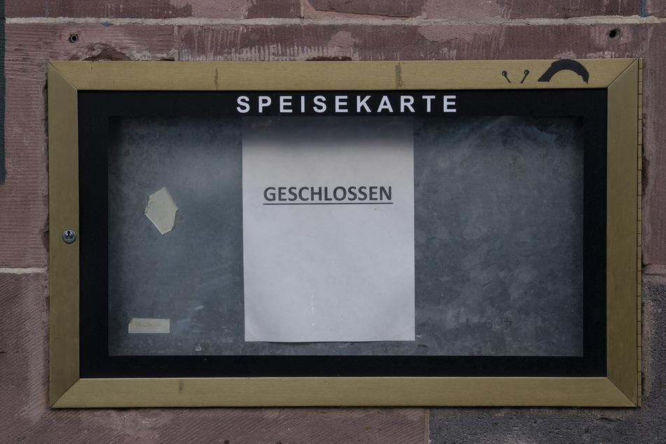 """""""Geschlossen"""" steht auf dem Zettel im Aushang eines Restaurants."""