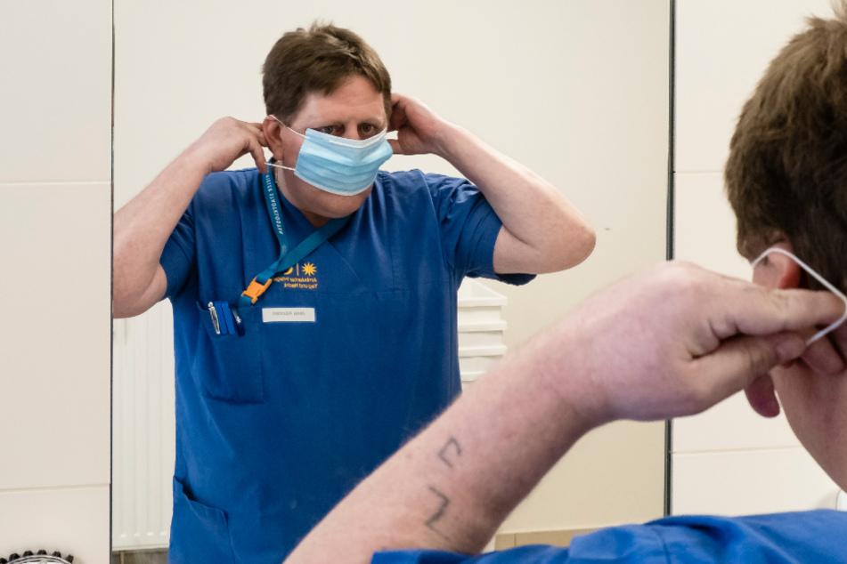 Kiel: Altenpfleger Jens Kürsten erneuert seinen Mundschutz während seiner Arbeit im Kurt-Engert-Haus im Stadtteil Holtenau.