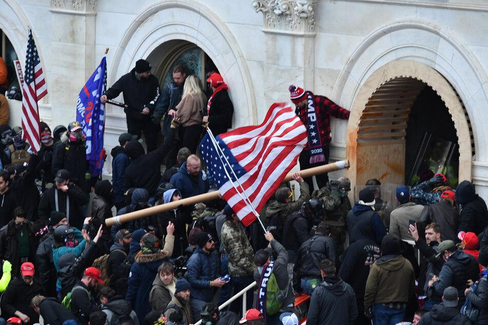 Bei der Erstürmung des US-Kapitols Anfang Januar haben sich nach Schätzungen der Polizei etwa 800 Trump-Anhänger Zutritt zum Gebäude verschafft. Mehr als 10.000 waren auf dem Gelände.
