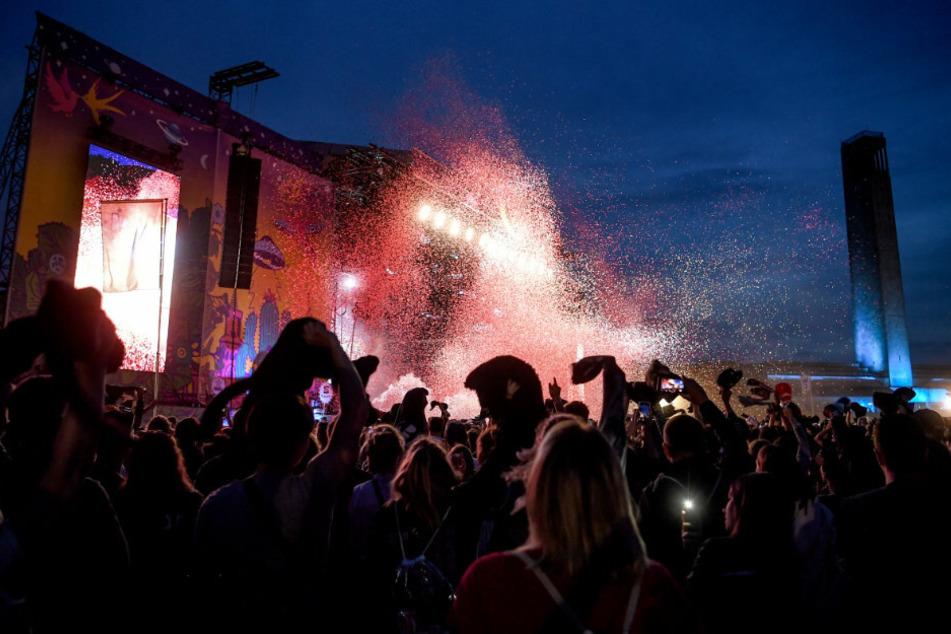Das Publikum jubelt beim Auftritt der Band Kraftklub beim Lollapalooza Festival Berlin auf dem Gelände des Olympiastadions.