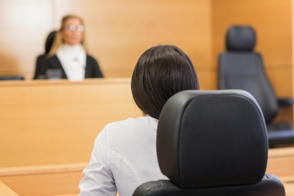 Die 28-Jährige steht vor Gericht, weil sie ihre fünf Kinder getötet haben soll. Sie leugnet die Tat - und klagt ihren Vater des Missbrauchs an. (Symbolbild)