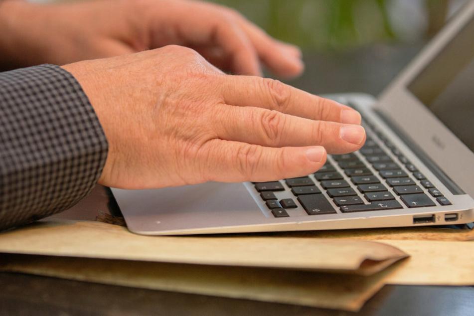 Viele meiden nicht nur in Bayern den Behördengang und beantragen Dokumente einfach lieber online. (Symbolbild)