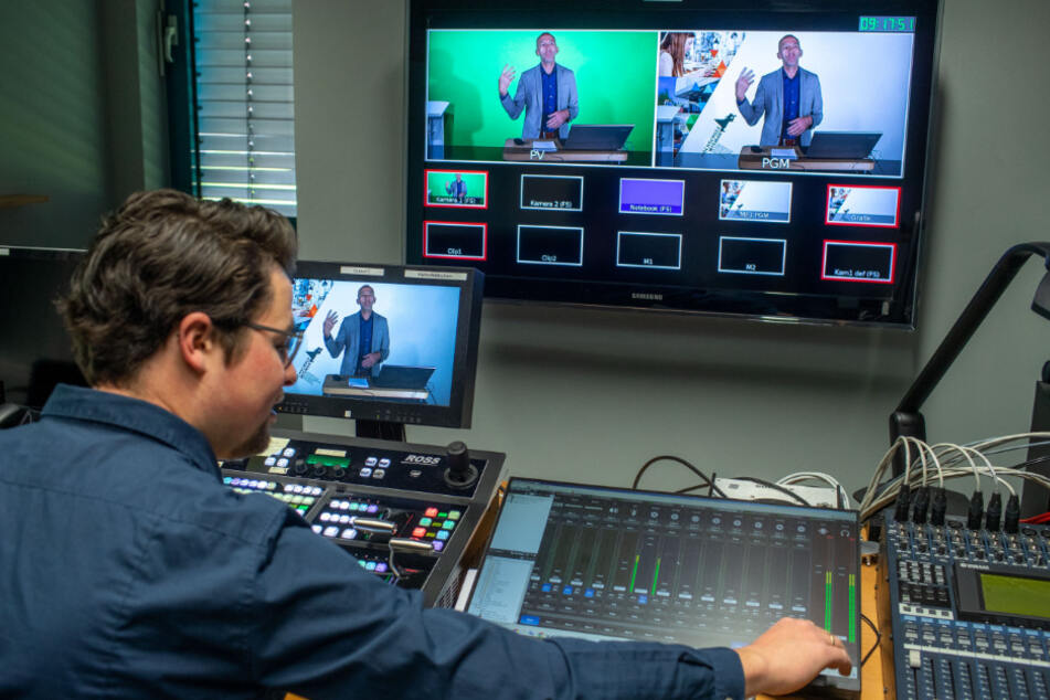 Jakob Diel, wissenschaftlicher Mitarbeiter, steuert die Aufnahme einer digitalen Vorlesungen von Michael Schleicher, stellvertretender Rektor der Hochschule Wismar, in einem Studio des E-Learning-Zentrums.