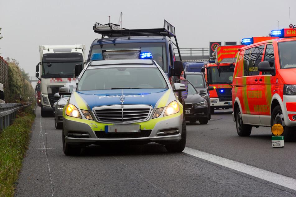 Tödlicher Unfall auf Landstraße: Opel erfasst Fußgänger, jede Hilfe kommt zu spät