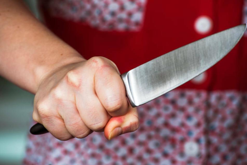 Psychisch kranke Frau attackiert Polizisten mit Messer, dann fallen Schüsse