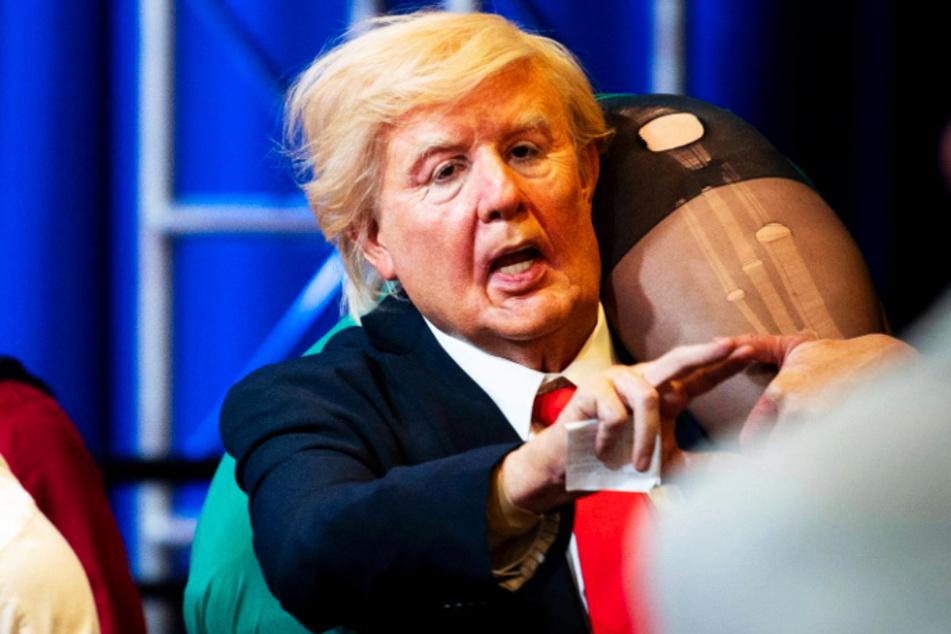 Borat (Sacha Baron Cohen) stürmt als Donald Trump verkleidet eine politische Veranstaltung von Michael Pence.