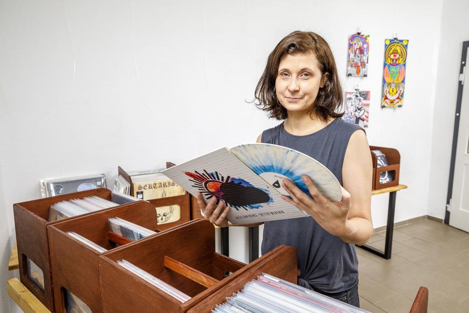 Claudia Schwarze (35) sortiert noch die letzten Platten ein, dann kann's losgehen.