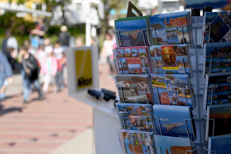 Ein Stand mit Postkarten steht am Hafen der Nordseeinsel Helgoland.