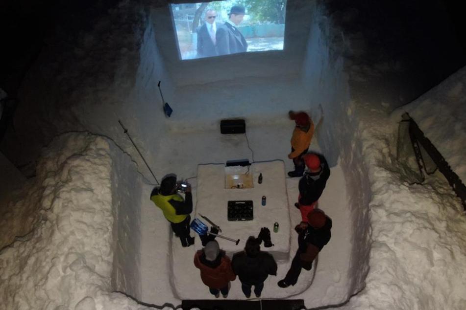 Sechs Freunde aus Tirol haben sich aus den Schneemassen ein Kino gebaut.