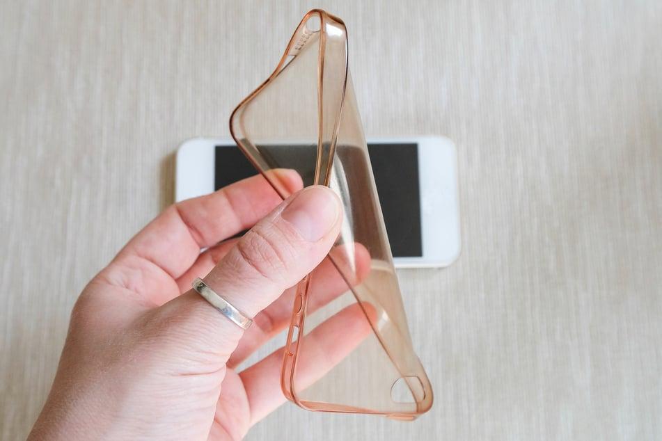 Vor allem helle und durchsichtige Handyhüllen aus Silikon vergilben mit der Zeit.