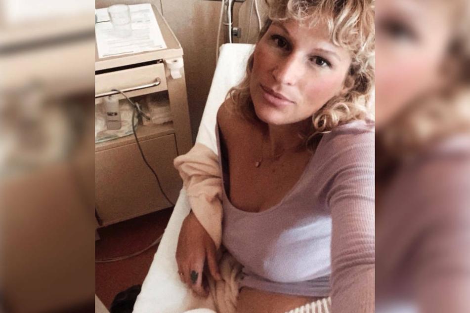 Janni Hönscheid (30) meldet sich bei Instagram mit einem Foto vom Krankenbett. Die Frau von Peer Kusmagk musste Mitten in der Nacht einen Rettungswagen rufen.