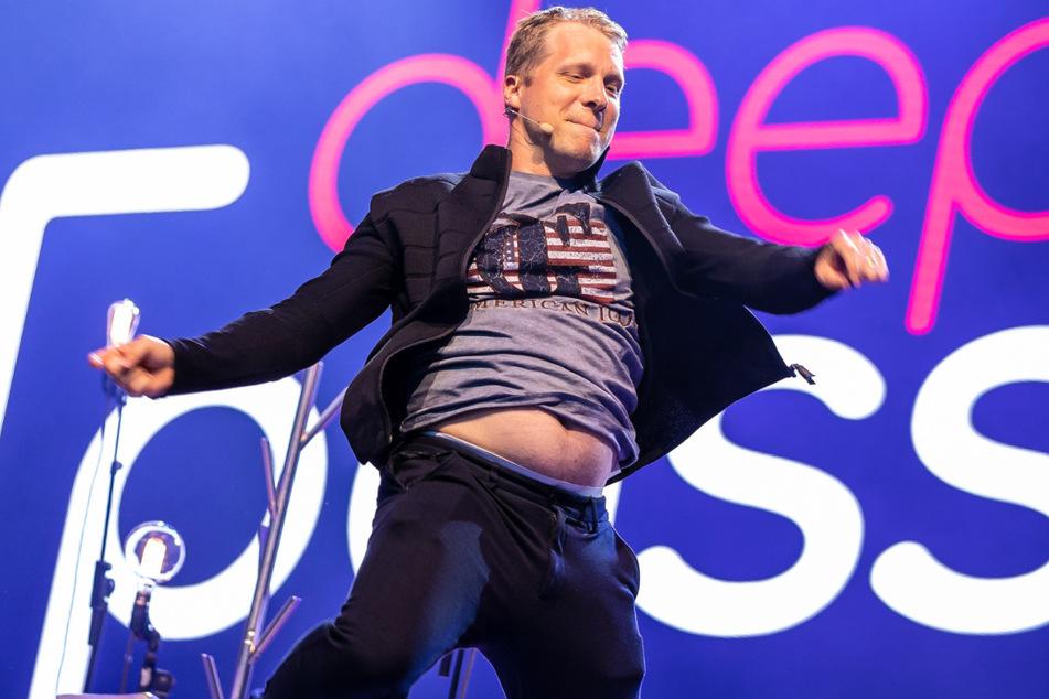 """Comedian Oliver Pocher tritt mit seinem Programm """"Die Pochers"""" erstmals im Rahmen einer Open-Air-Veranstaltung vor Publikum auf."""