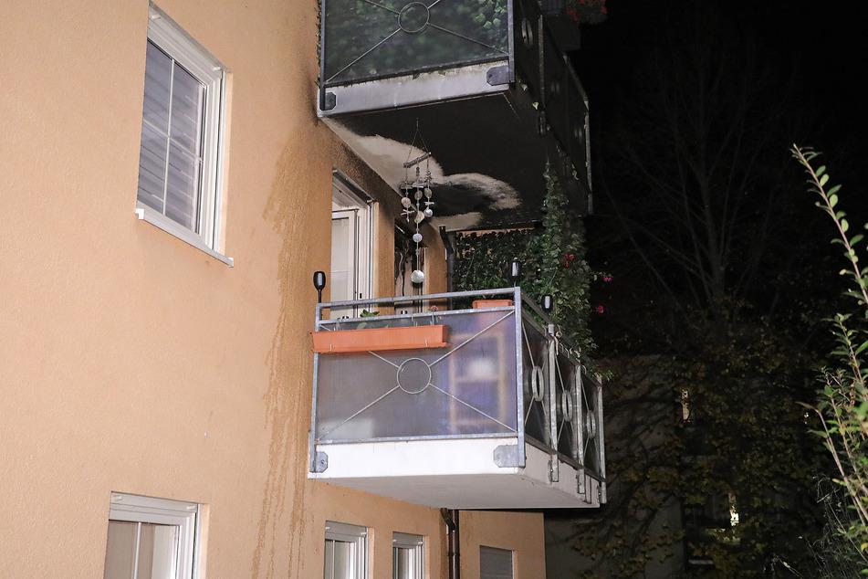 Der Balkon vor der abgebrannten Küche zeigt schwarze Brandspuren auf. Allzu groß scheint der Schaden durch das Feuer aber nicht zu sein.