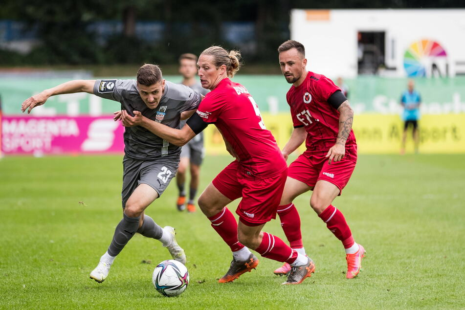 Marius Hauptmann (21, l.) setzt sich gegen den Kölner Daniel Buballa durch.
