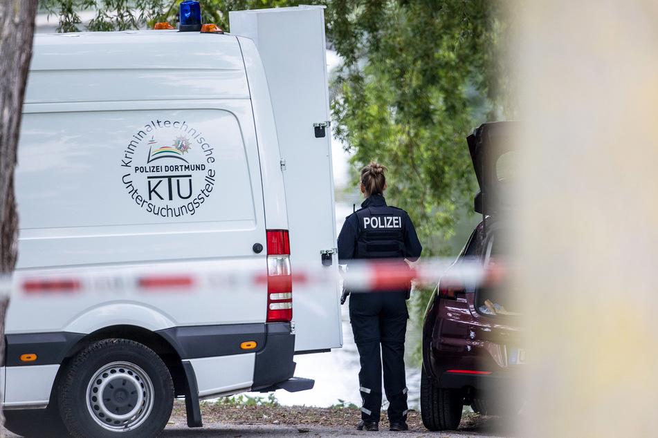 Einsatzkräfte der Mordkommission gehen nach dem Fund einer Frauenleiche den Ermittlungen nach.