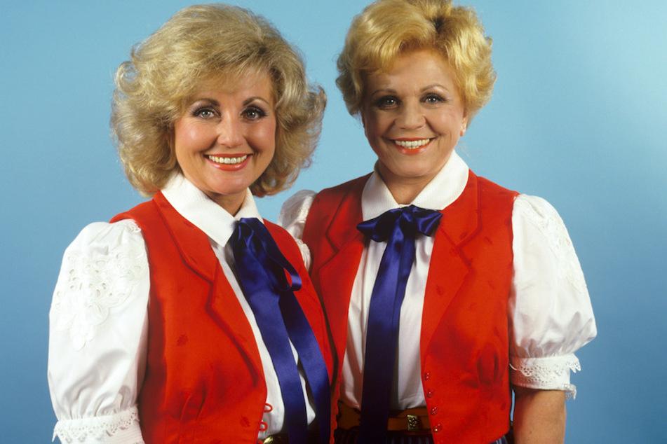 Die Volksmusiksängerinnen Margot (l.) und Maria Hellwig, aufgenommen im September 1987. Viel Mitsprache hatte das Duo bei ihrer Liederwahl nicht. (Archivbild)