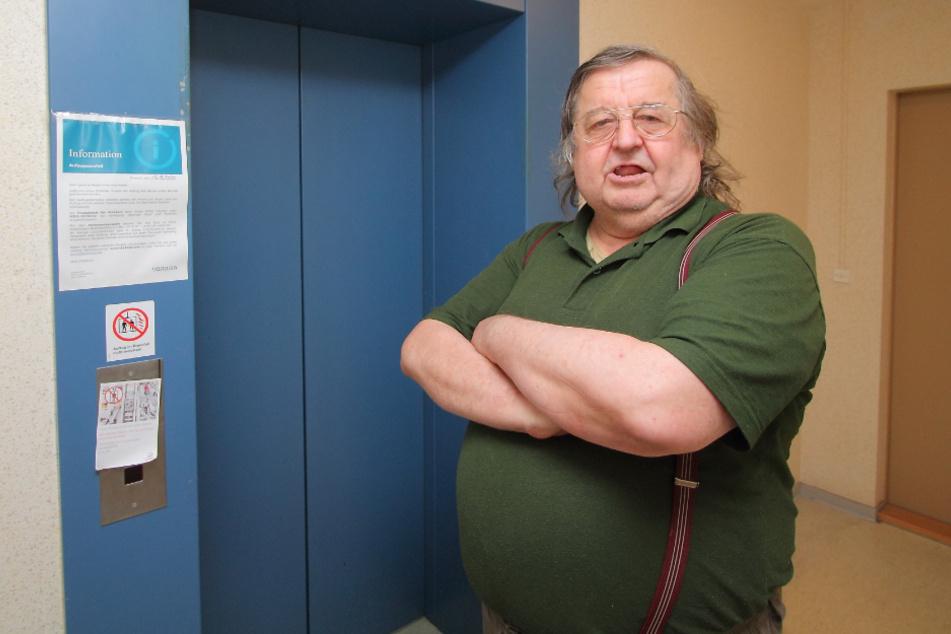 Mieter Jürgen Heymann (68) ist verärgert über den erneuten Fahrstuhl-Ausfall.