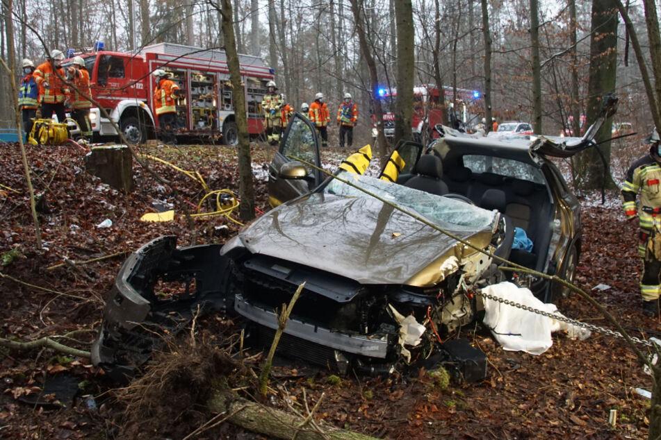 Audi kracht frontal gegen Baum: Fahrerin stirbt im Krankenhaus