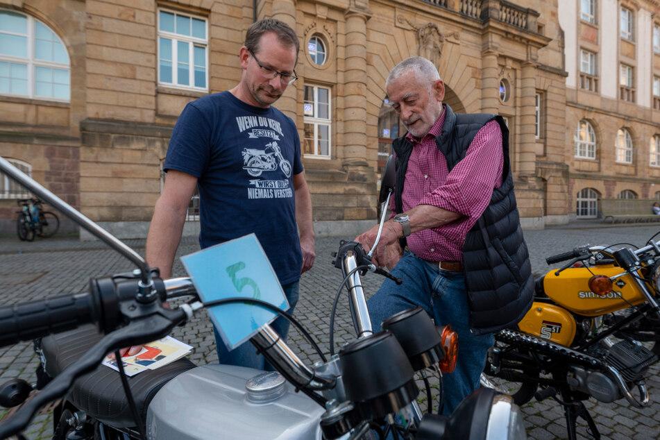 Gewinner Thomas Zimmer (50, l.) und Clauss Dietel (86) fachsimpeln über Simson.