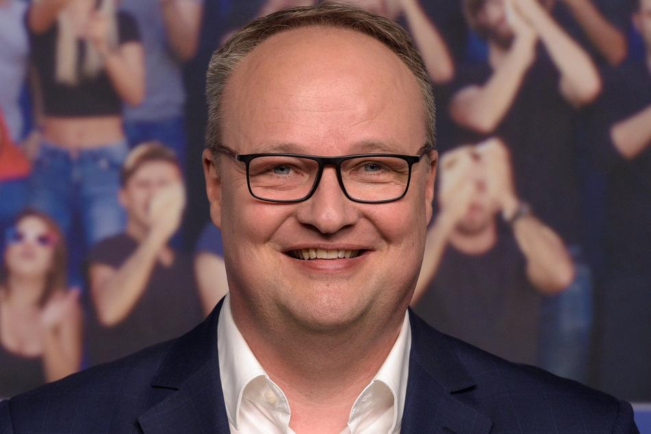 """Kommentator und Moderator der ZDF-Satiresendung """"heute show"""" Oliver Welke bei einer Pressekonferenz von ARD und ZDF zur TV-Berichterstattung von der Fußball-EM 2016 vor einer Fotowand."""