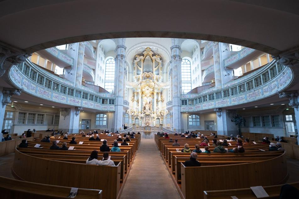 In der Dresdner Frauenkirche findet am Sonntag eine Andacht für die Opfer der Corona-Pandemie statt.