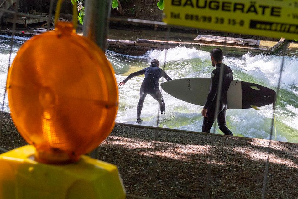 In München ist das Surfen an der berühmten Eisbachwelle wieder möglich, allerdings unter Auflagen.