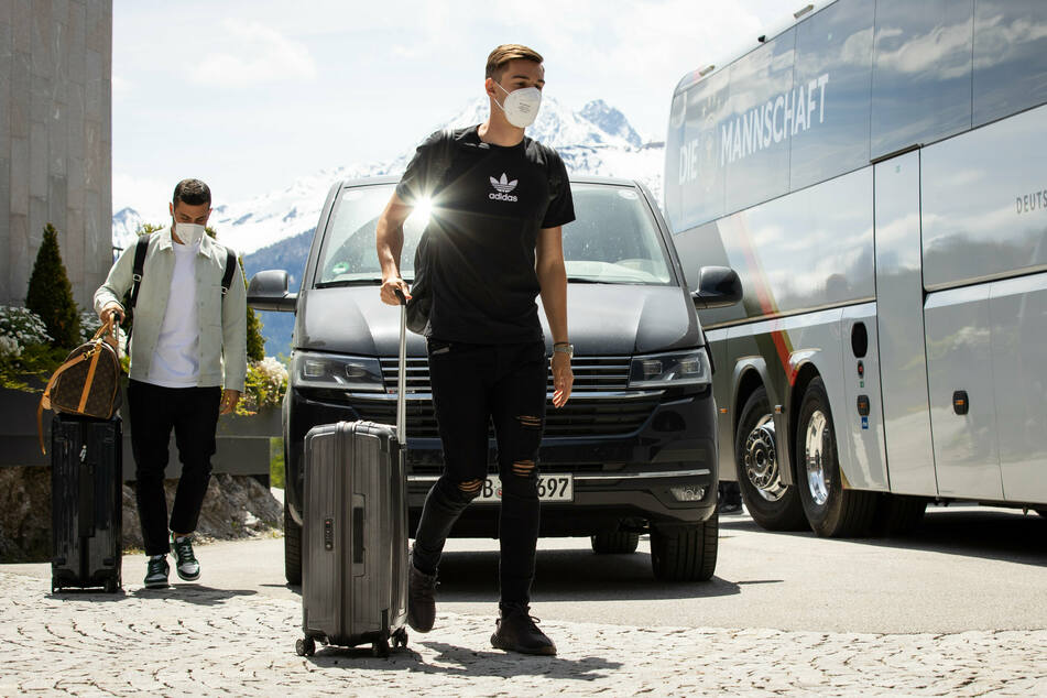 Nationalspieler Florian Neuhaus (24, r.) und Kevin Volland (28) bei ihrer Ankunft am Hotel Nidum in Seefeld am Freitag, in dem die deutsche Fußball-Nationalmannschaft während ihres EM-Trainingslagers in Tirol wohnen.