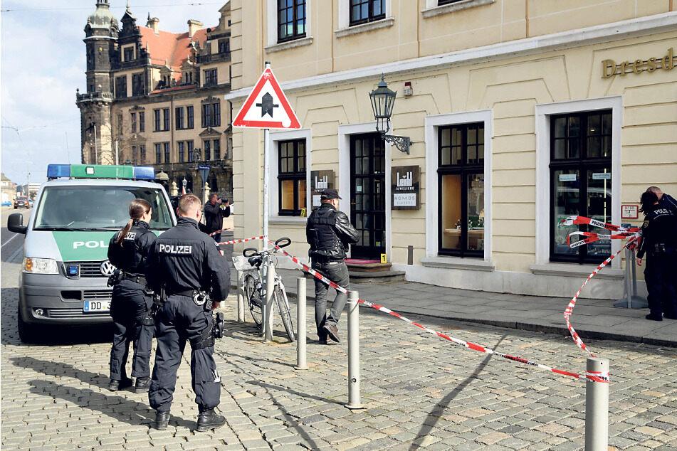 Am Tattag sicherten zahlreiche Polizisten am und im Geschäft Spuren.
