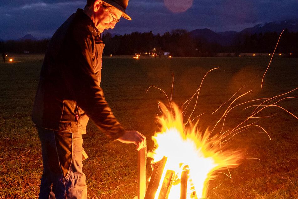 Um die 1500 Feuer loderten in Feuerschalen oder von Fackeln entlang der geplanten Bahntrassen von Ostermünchen bis nach Kiefersfelden.
