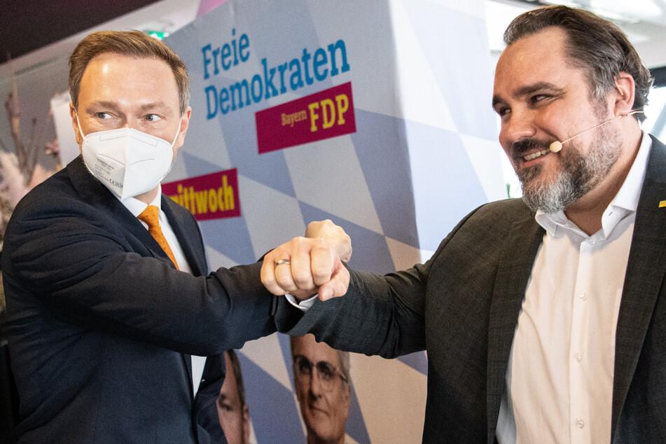 Der FDP-Bundesvorsitzende Christian Lindner (42, l.) kommt zum Politischen Aschermittwoch der Liberalen und wird von Daniel Föst (44), Landesvorsitzender der FDP in Bayern, begrüßt.