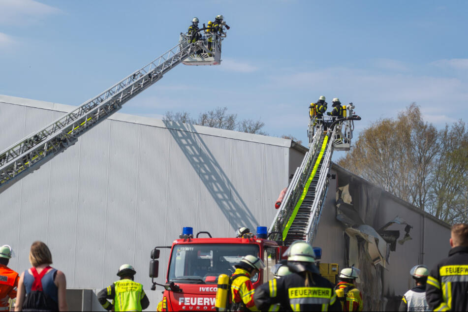 Großbrand bei Hamburg: Sporthalle brennt komplett ab