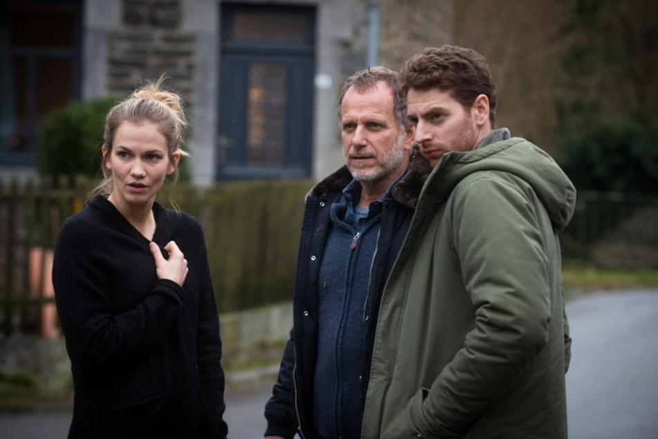 15 Jahre nach den schrecklichen Ereignissen: Der erwachsene Antoine (r., Pablo Pauly) unterhält sich mit Doktor Hubert Dieulafoy (M., Philippe Torreton) und Emilie (Margot Bancilhon).