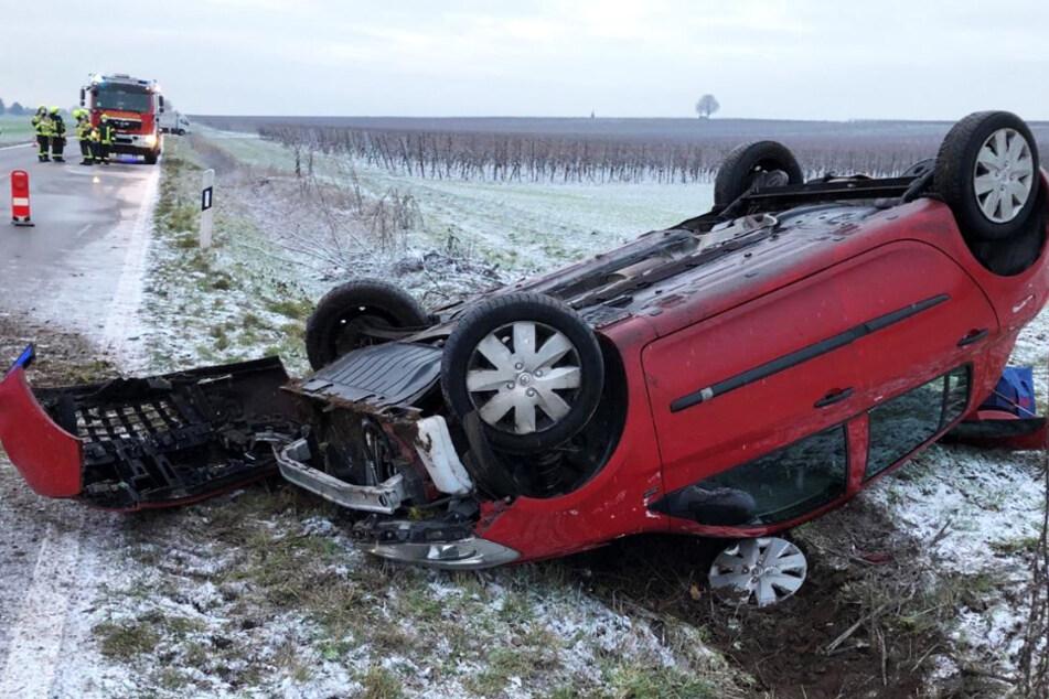 Unfall bei Worms: Auto überschlägt sich und bleibt auf dem Dach liegen