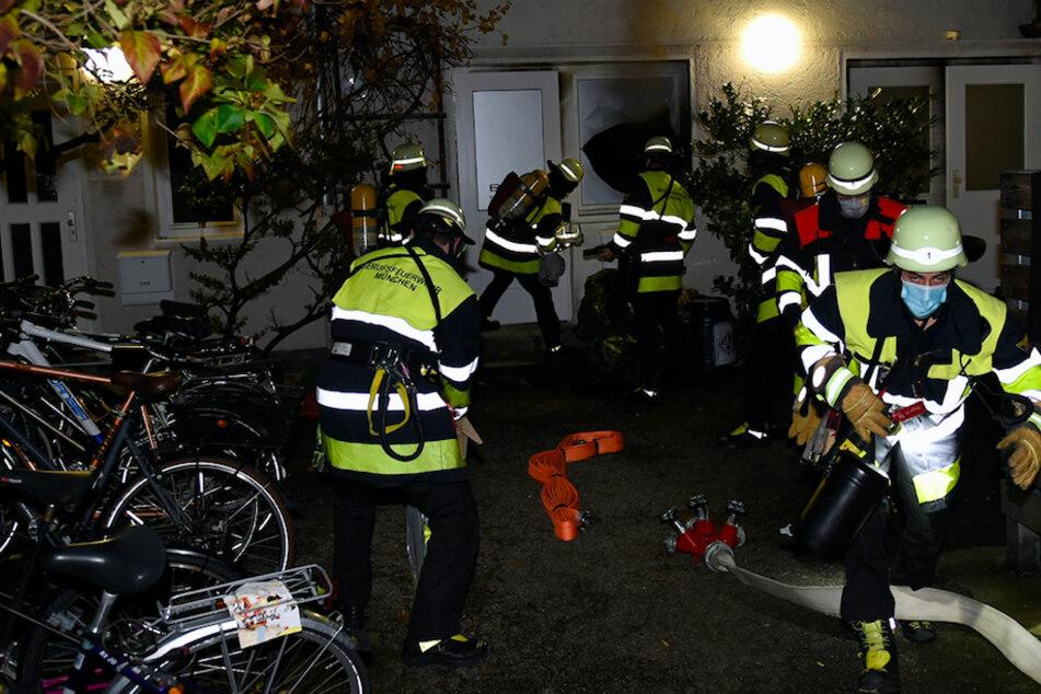 München: Dichter Rauch quillt aus Hinterhof: Feuerwehr bei Brand in München gefordert