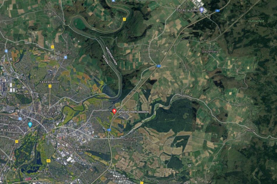 Die Unfallstelle liegt rund drei Kilometer vor dem Parkplatz Herkulesblick in Richtung Süden.