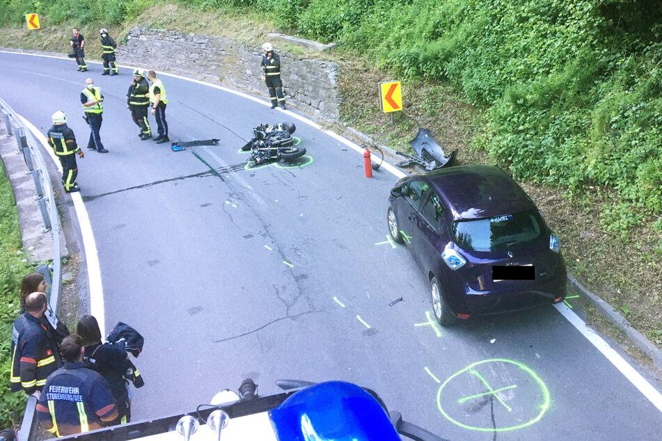 Nachdem die Polizei den Unfall aufgenommen hatte, kümmerten sich die Kameraden um die Reinigung der Fahrbahn.