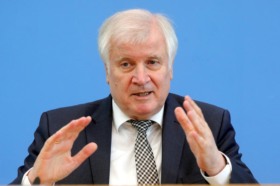 Bundesinnenminister Horst Seehofer (72, CSU) hat den CDU-Vorsitzenden und Kanzlerkandidaten Armin Laschet (60) gelobt.