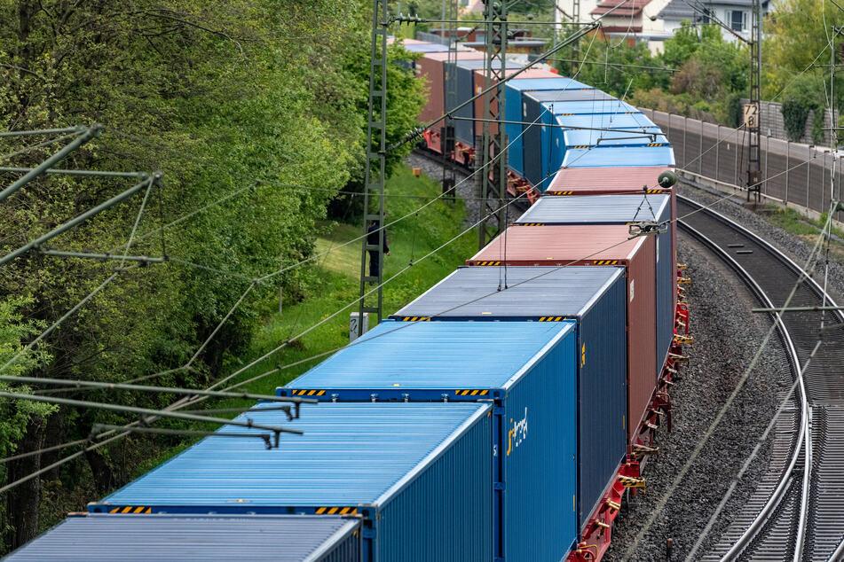 Ein Güterzug mit Containern fährt auf der Schiene südöstlich von Nürnberg.