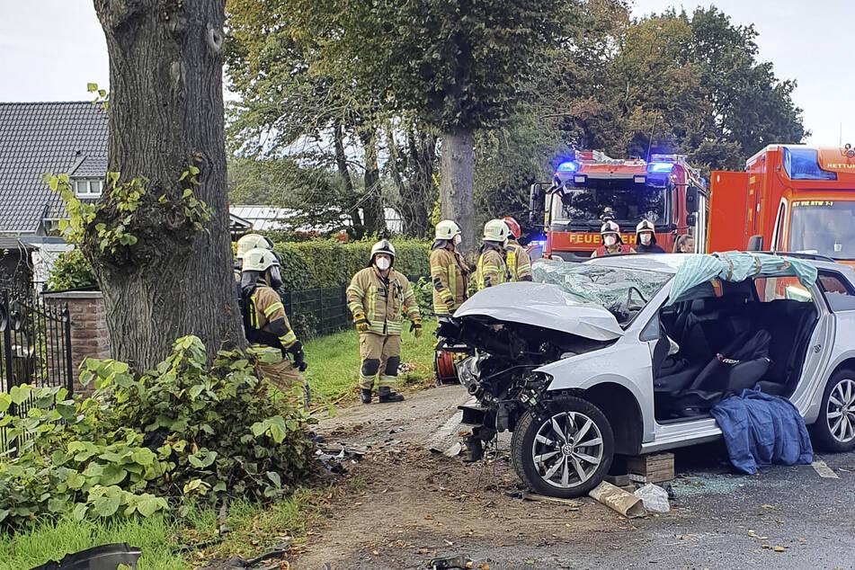 Die vordere Seite des Autos wurde durch den Unfall komplett zerstört. Die Feuerwehr musste die Türen aufschneiden und entfernen, um den jungen Fahrer retten zu können.