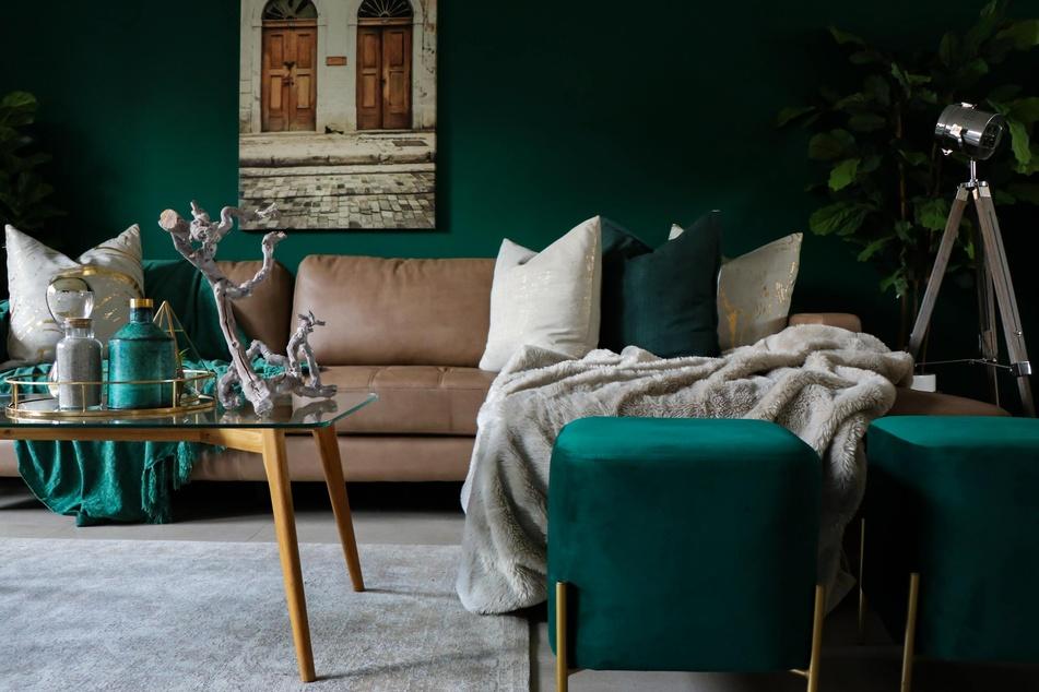 Es muss ja nicht gleich die hochpigmentierte Wandfarbe wie auf dem Bild sein. Doch beeinflusst die Farbgebung das Wohlbefinden im Raum ungemein.