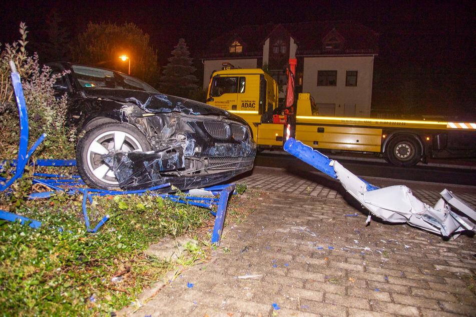 Als der Fahrer des BMWs dem Hund ausweichen wollte, landete er in einem Begrenzungszaun.