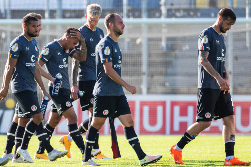 Hängende Köpfe: Die Spieler des FC St. Pauli verloren im DFB-Pokal bei der SV 07 Elversberg auch in der Höhe verdient mit 2:4.