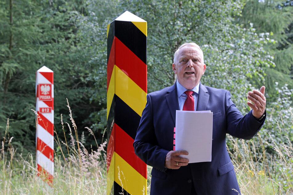 Till Backhaus (61, SPD), Agrarminister von Mecklenburg-Vorpommern, spricht beim offiziellen Baustart für einen Wildschutzzaun gegen die Afrikanische Schweinepest (ASP) an Grenzpfählen der deutsch-polnischen Grenze.