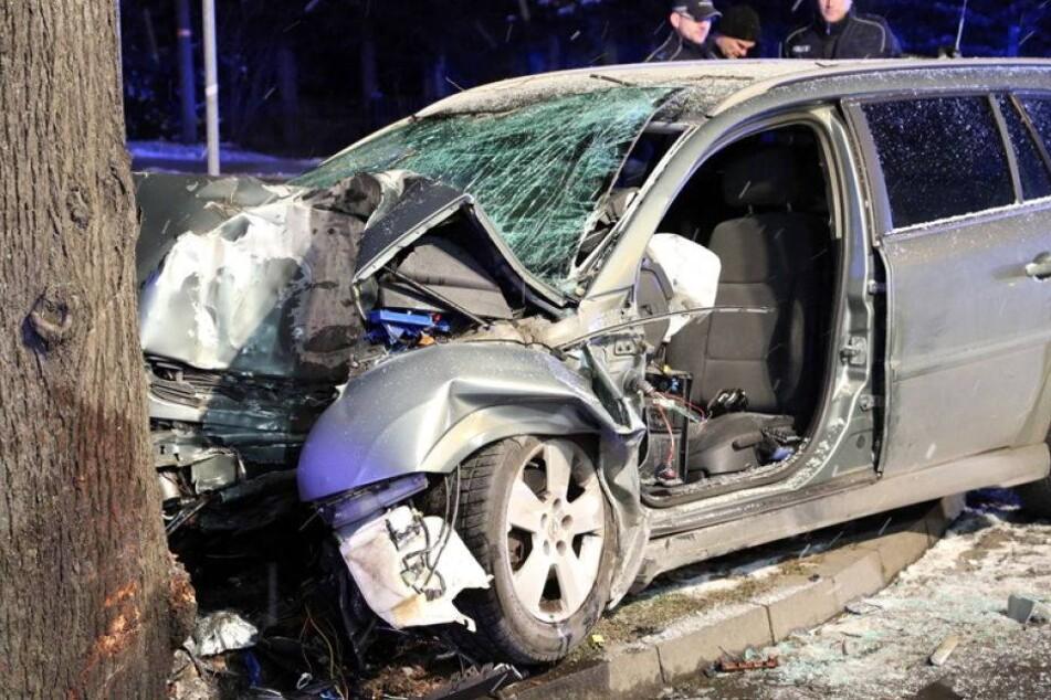 Opel-Fahrer kracht gegen Baum